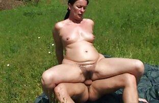 Teen ragazza scorrevole siti porno gratis film la sua figa su un enorme bumpy rubinetto